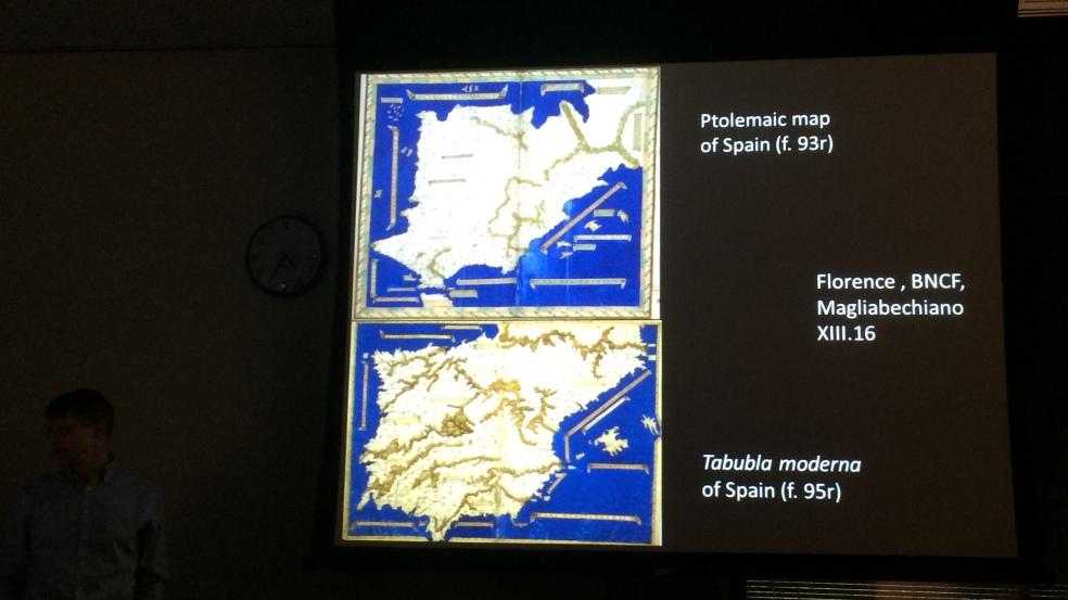 Chet van Duzer comparando dos mapas de España, uno clásico y otro moderno, en un mismo manuscrito de Ptolomeo.